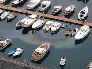 Chiazze di carburante in mare nel porto di Piano di Sorrento