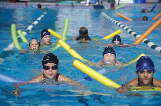 A Sorrento corsi di nuoto gratis per bimbi, anziani e disabili