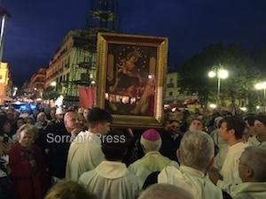 Folla di fedeli in piazza Tasso per la Madonna di Pompei
