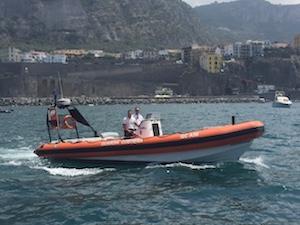 Barca alla deriva con a bordo anche 2 bambini soccorsa dalla Capitaneria a Sorrento