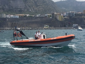 Barca con due bambini a bordo rischia di affondare a Vico Equense