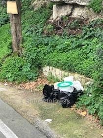Rifiuti pericolosi abbandonati in strada a Massa Lubrense
