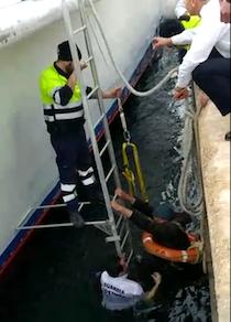 Anziano cade in acqua nel porto di Napoli, salvato – foto –