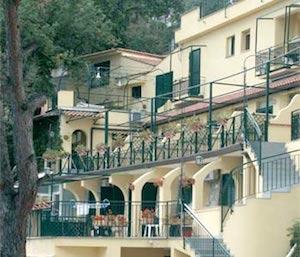 Incendio all'hotel Le Terrazze, il sindaco ordina la chiusura di 2 piani