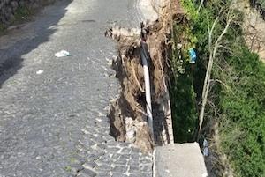 Crolla tratto di Ponte Orazio, paura tra i residenti