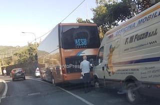 """Bus in panne, traffico in tilt sulla """"Sorrentina"""""""