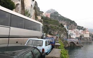 Una petizione per bloccare i bus in costiera amalfitana