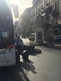 Carico e scarico bagagli in piazza Tasso, caos a Sorrento