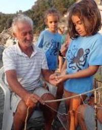 Bambini a lezione di pesca nel Parco di Punta Campanella