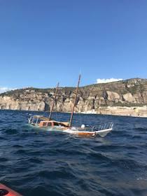 Bagnanti in difficoltà e barche affondate nel mare della costiera