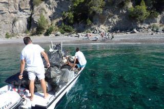 Volontari da tutto il mondo per ripulire la spiaggia di Tordigliano