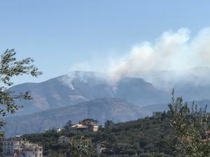 Le fiamme continuano a minacciare l'abitato di Moiano