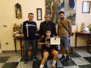 Il cardinale Sepe consegna al piccolo eroe di Ischia il Premio Madonnina del Vervece