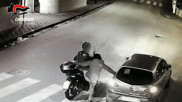 Coppia con figlio 16enne ruba scooter a Sorrento – video –