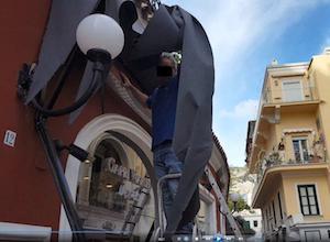 Il Comune distrugge la tenda del negozio Capri Watch, è polemica