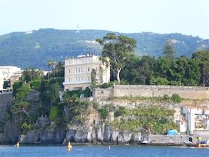 Il muro di Villa Tritone rappresenta un rischio, ordinate le verifiche