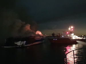 Yacht in fiamme, Guardia Costiera salva 5 persone – foto –