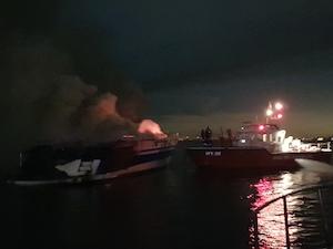 Yacht in fiamme, Guardia Costiera salva 5 persone – foto –