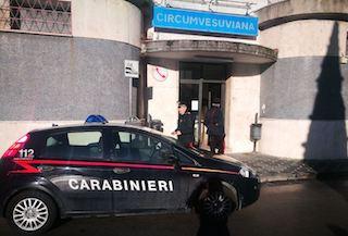 Aggredisce capostazione e carabinieri a Meta, arrestato – foto –