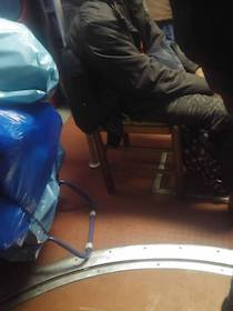 Con la sedia sulla Circum per garantirsi il posto a sedere – foto –