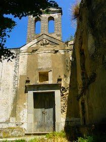 Raid nella chiesa di Mitigliano, rubate le mattonelle