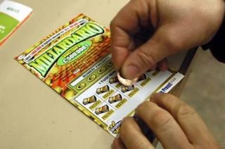 Anziana vince 500mila euro con il gratta e vinci a Napoli, il tabaccaio fugge con il biglietto