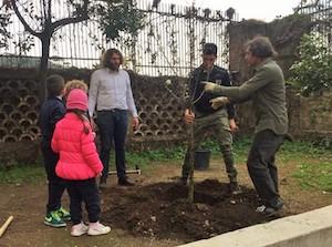 """Gli alunni della """"Vittorio Veneto"""" ed il Wwf piantano alberi in memoria di Giò Giò Antonetti"""