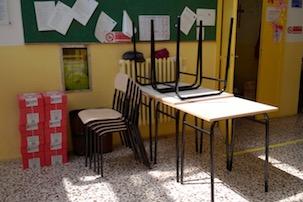 I soldi degli abiti vecchi trasformati in banchi e sedie per le scuole di Massa Lubrense