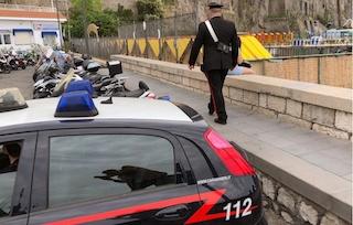 Ruba zaino e cellulari da 1.200 euro a bagnanti a Sorrento, denunciata