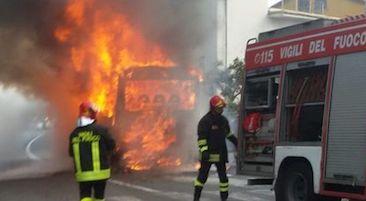 Bus in fiamme nella zona collinare della costiera