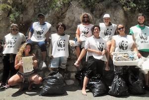 Volontari raccolgono 15 sacchi di plastica dalla Regina Giovanna