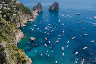 Capri assediata dalle barche, monta la protesta