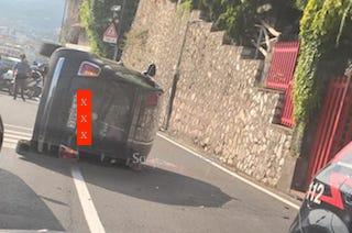 Auto si ribalta lungo via Capo, traffico in tilt