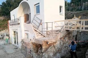 Sbancamenti e taglio di alberi nella villa con vista Grotta Azzurra, 6 denunciati – foto –