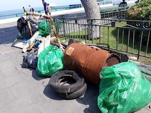Oltre 400 chili di rifiuti rimossi dalle scogliere del porto di Sorrento