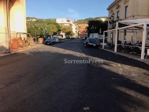 Via i basoli, torna l'asfalto nel centro di Massa Lubrense
