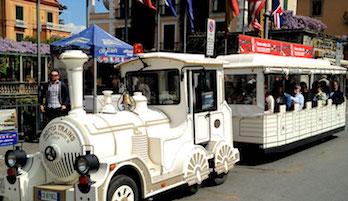 Escursione con il trenino turistico per gli anziani di Sorrento