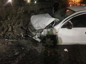 Ubriaco si schianta contro il muro di Villa Fondi