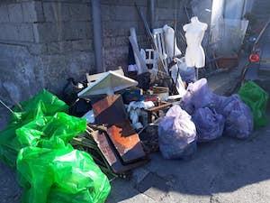 Volontari ripuliscono l'arenile di Marina di Puolo