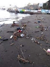 Rifiuti depositati dal mare sulle spiagge, ripulite Marina Piccola e Puolo