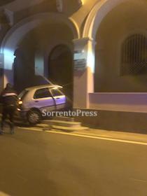 Sorrento: Perde il controllo dell'auto e si schianta contro hotel – foto –