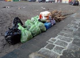 Legna e plastica portati dal mare, ripulita la spiaggia di Marina Piccola a Sorrento