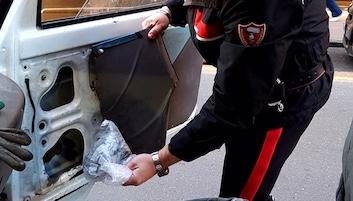 Droga nello sportello dell'auto, a Vico Equense arrestato 40enne e denunciata 29enne di Meta