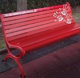 """A Vico Equense una """"Panchina Rossa"""" contro la violenza di genere"""