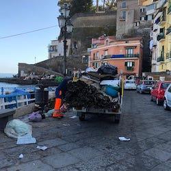 Quintali di rifiuti ingombranti raccolti oggi alla Marina Grande di Sorrento
