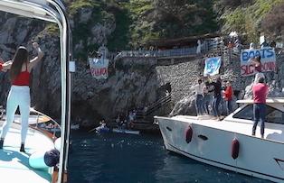 Flash mob per la sicurezza in mare davanti alla Grotta Azzurra di Capri