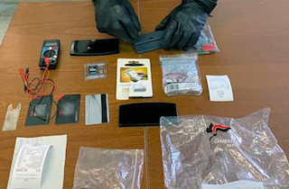 A Piano di Sorrento con il kit per clonare carte di credito, arrestati – foto –