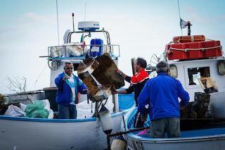 A pesca di rifiuti in penisola sorrentina, a Ischia e Procida
