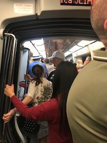 La protesta: Locali chiusi ma ressa sui treni della Circumvesuviana