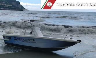 Barca alla deriva rischia di finire sulla scogliera di Castellammare